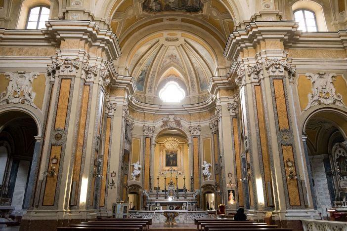Bagian dalam Gereja San Giuseppe dei Vecchi berisi makam Don Dolindo di Napoli. © Baku | CC BY-SA 4.0