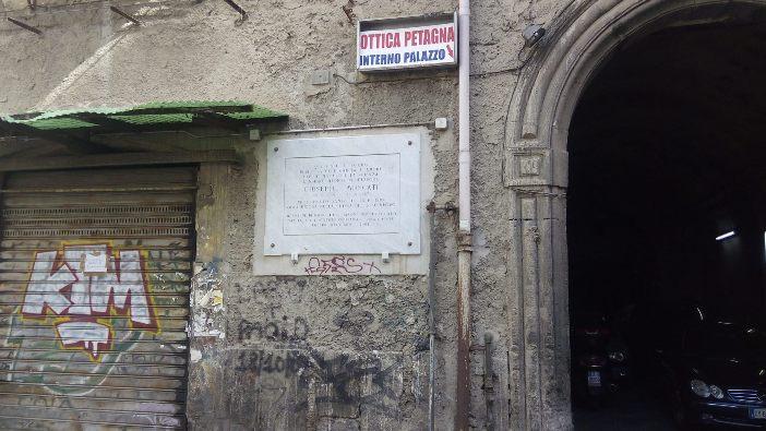 Sebuah plakat yang menandai bangunan tempat lahirnya Santo Giuseppe Moscati. © Foto milik Bret Thoman