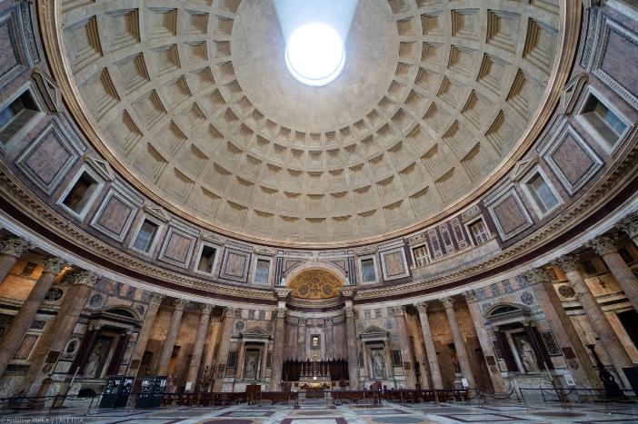 "Basilika Maria Ratu Para Martir (interior). Bangunan bundar yang besar terkenal dengan kubahnya (yang terbesar di dunia) dan ""mata"" atau ""okulusnya"". © Antoine Mekary | ALETEIA"