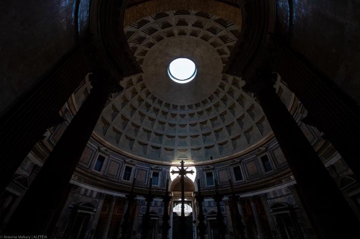 Basilika Maria Ratu Para Martir (interior). Pantheon diubah menjadi gereja di bawah Paus Bonifasius IV, yang mempertahankan strukturnya tidak berubah. © Antoine Mekary | ALETEIA