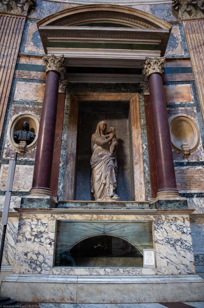 Basilika Maria Ratu Para Martir. Sejumlah artis terkenal dimakamkan di dalam basilika itu, termasuk Raphael Sanzio (foto makamnya). © Antoine Mekary | ALETEIA