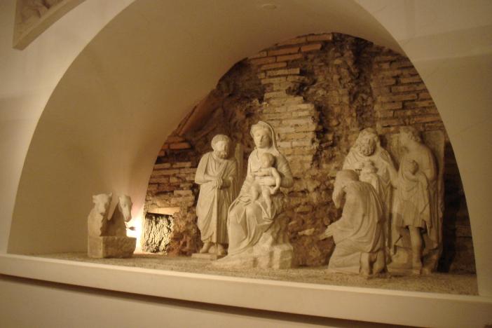 Kandang Natal yang dipahat dengan marmer oleh Arnolfo di Cambio tahun 1291. Kandang Natal jenis ini dianggap yang tertua di dunia (dengan patung pahatan). © Stefano Bolognini; CC BY 3.0 melalui Wikimedia Commons | Stefano Bolognini; CC BY 3.0 melalui  Wikimedia Commons