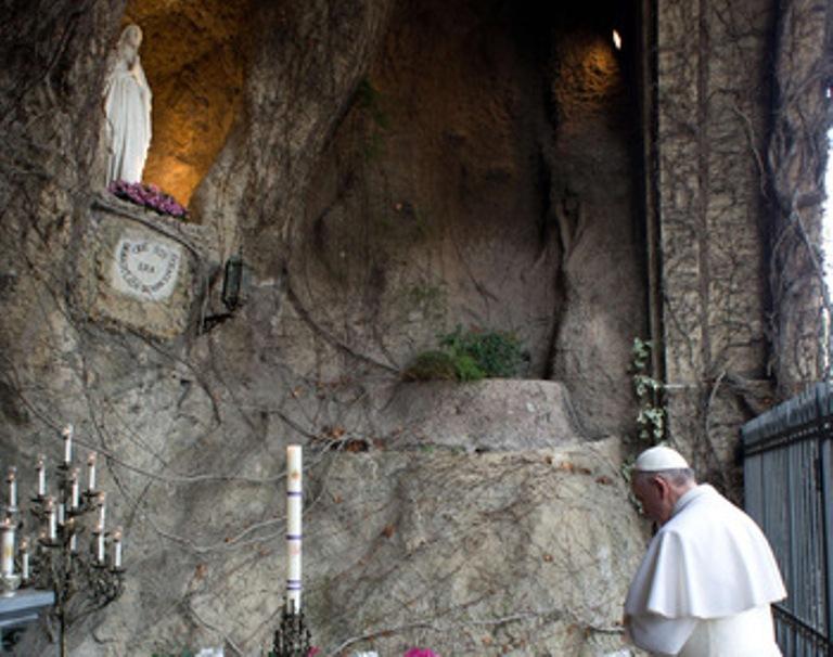 Paus Fransiskus berdoa di Gua Lourdes di Taman Vatikan 30 Mei 2020