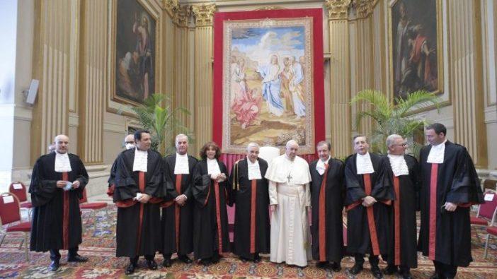Paus Fransiskus dan para hakim Pengadilan Negeri Kota Vatikan, 27 Maret 2021 (Vatican Media)