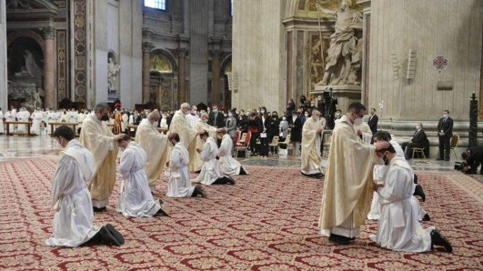 Paus Tahbiskan 9 imam 2