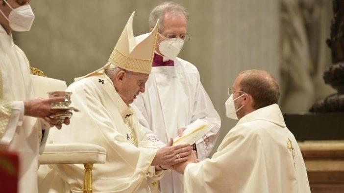 Paus Tahbiskan 9 imam 4