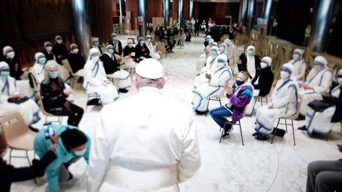 Paus berhenti sejenak untuk berbicara dengan sekelompok relawan dan biarawati