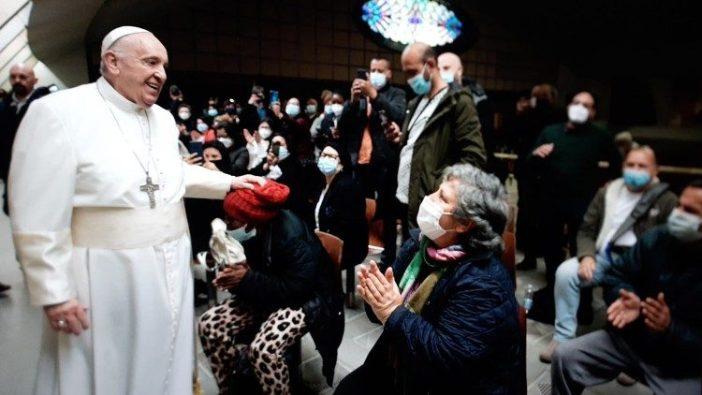 Paus mendadak kunjungi orang miskin Roma yang sedang menerima vaksin