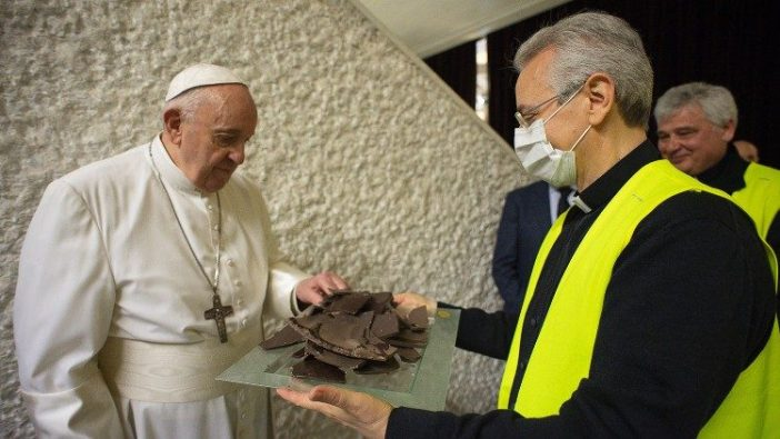 Paus menerima sepotong coklat