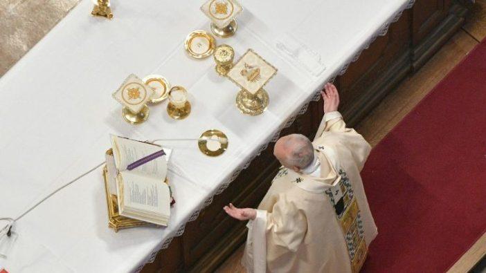 Paus mendoakan Doa Syukur Agung Pertama