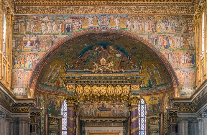 Basilika Santa Maria Maggiore. Mosaik gapura kemenangan dan apse menunjukkan kepada kita momen-momen utama kehidupan duniawi Maria dan kemuliaannya di samping Putranya. © Stefano_Valeri | Shutterstock