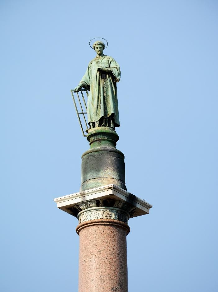 Basilika Santo Laurensius di Luar Tembok. Patung Santo Laurensius di atas kolom di lapangan depan basilika. Pius IX memerintahkan pemulihan lapangan dan tiang © Livioandronico2013, CC BY-SA 4.0, melalui Wikimedia Commons