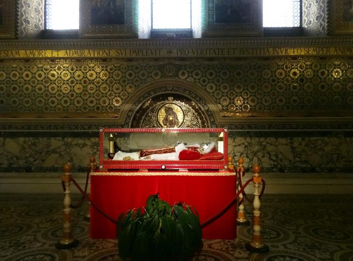 Basilika Santo Laurensius di Luar Tembok. Tempat peristirahatan Paus Pius IX ditemukan di depan makam martir Santo Laurensius, seperti yang diminta Paus dalam surat wasiat dan wasiat terakhirnya. © Livioandronico2013, CC BY 4.0, melalui Wikimedia Commons