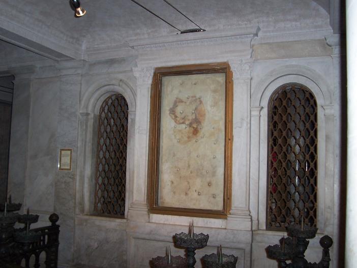 Basilika Santo Laurensius di Luar Tembok. Di ruang bawah tanah disimpan lempengan marmer tempat tubuh Santo Laurensius dibaringkan setelah kemartirannya. Noda marmer telah diidentifikasi sebagai darah manusia. © Panairjdde ~ commonswiki (CC BY-SA 3.0) melalui wikimedia