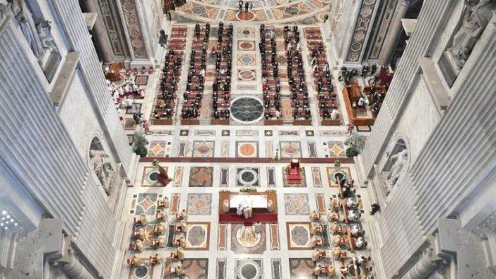 Suasana basilika tempat Misa Paskah Paus