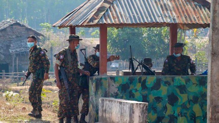 Tentara Myanmar di sebuah pos terdepan di sebuah desa di negara bagian Karen.