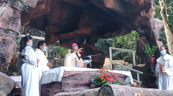 Mgr Agus memberkati altar Gua Maria yang baru diperbaiki (PEN@ Katolik/sam)