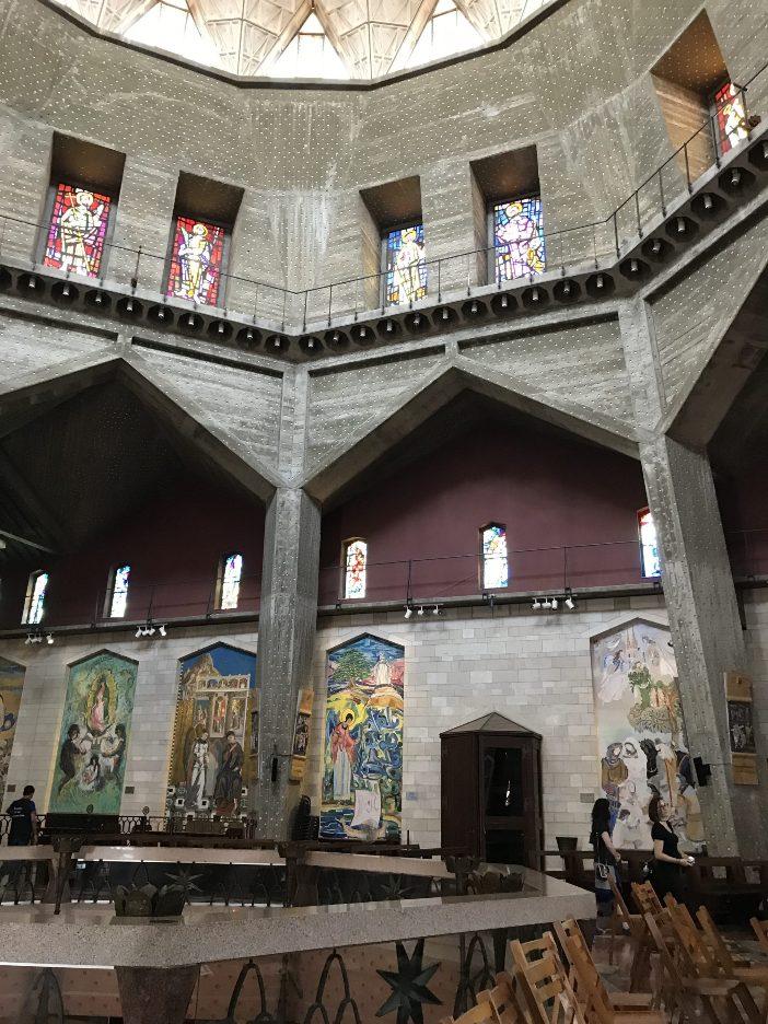 Interior Basilika Mosaik yang menggambarkan Perawan Maria menghiasi dinding interior gereja atas. Setiap mosaik berasal dari negara dengan populasi Katolik yang signifikan. © Zelda Caldwell