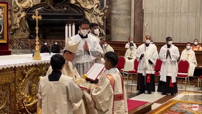Kardinal Luis Antonio Tagle menahbiskan 24 diakon dari 13 negara yang sedang belajar di Kolese Kepausan Urbaniana Roma, satu di antaranya dari Indonesia (Semua foto diambil secara screenshot oleh PEN@ Katolik/pcp)