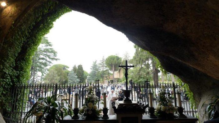 Doa Rosario di Gua Lourdes Taman Vatikan tahun 2020 (Vatican Media)