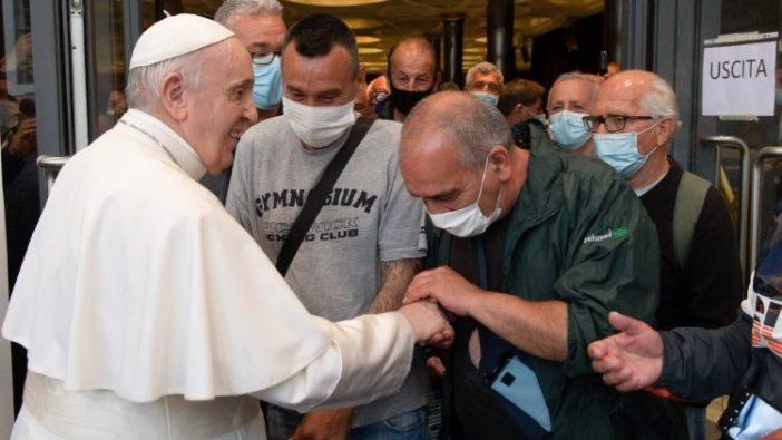 Paus Fransiskus bertemu para tunawisma dan pengungsi setelah pemutaran film (Vatican Media)