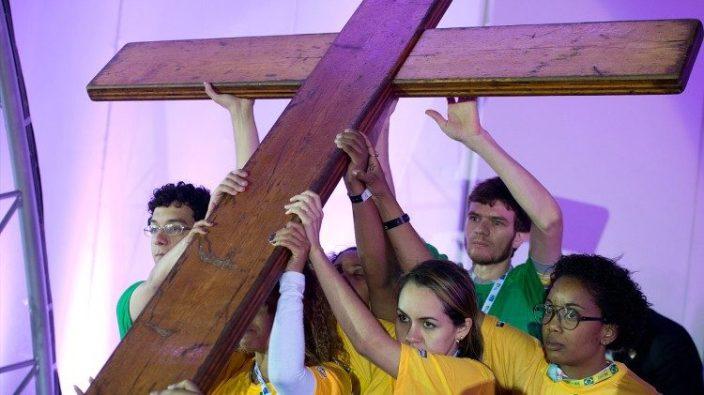 Orang muda mengangkat Salib WYD