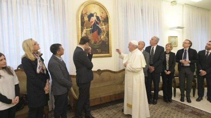 Paus Fransiskus di depan Gambar Maria Pengurai Simpul Masalah di Casa Santa Marta, Vatikan