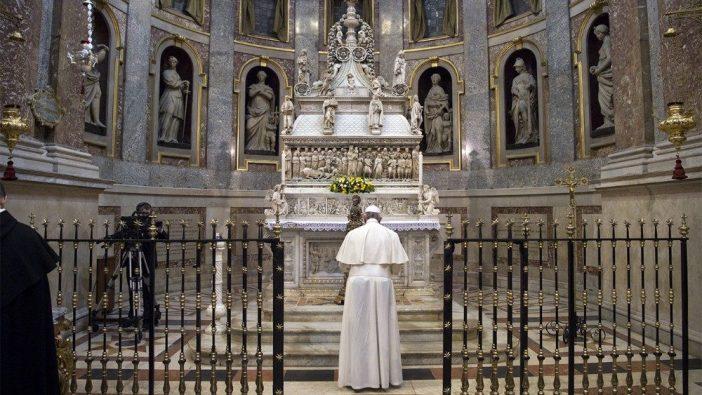 Paus Fransiskus berdoa di makam Santo Dominikus di Bologna, Italia, 1 Oktober 2017