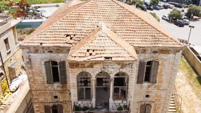 Pemandangan menunjukkan rumah tradisional Lebanon yang ditinggalkan di Jounieh