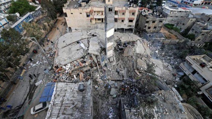 Pemandangan udara menunjukkan kehancuran gedung enam lantai di Kota Gaza (AFP)