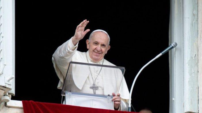 Paus Fransiskus menyalami umat beriman di Lapangan Santo Petrus (ANSA)