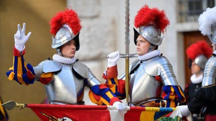 Seorang anggota baru bersumpah di Garda Swiss Kepausan (Vatican Media)