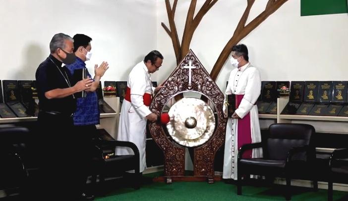 Kardinal Suharyo menandai peluncuran Buku Tata Perayaan Ekaristi (TPE) Edisi 2020 dengan pemukulan gong (Screenshot oleh PEN@ Katolik/pcp)
