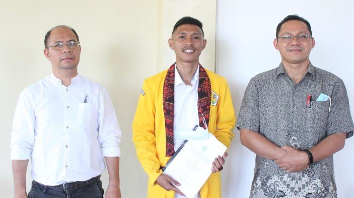 Seusai ujian skripsi, Guido Alvin bergambar bersama  Pastor Puplius Buru (kiri) dan Pastor Hendrik Maku (kanan) (Dokpri Guido)