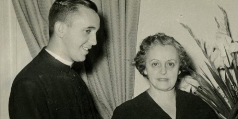 Paus Fransiskus bersama ibunya. (HO   Keluarga Bergoglio   AFP)
