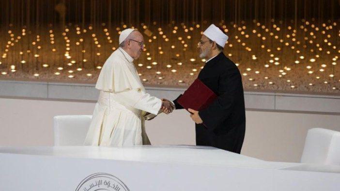 Paus Fransiskus dan Imam Besar Ahmed el-Tayeb dari al-Azhar setelah menandatangani Dokumen Persaudaraan Manusia di Abu Dhabi 4 Februari 2019.