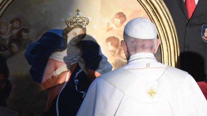 Paus Fransiskus memakotai gambar Bunda Maria Pengurai Simpul Masalah (Media Vatican)