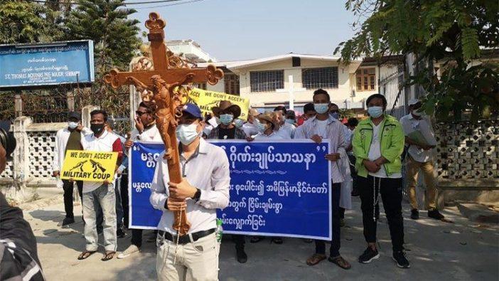 Umat Katolik Myanmar  berpartisipasi dalam protes damai, 22 Februari 2021.
